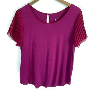 Magenta short sleeve top with pleated sleeves M